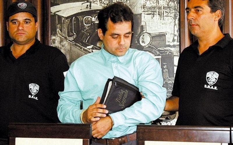 Robson André da Silva, o Robinho Pinga, era líder do Terceiro Comando e considerado um dos maiores fornecedores de drogas e armas do Estado do Rio de Janeiro. Preso em 2005, o traficante morreu de câncer no cérebro em 2007. Notório por apresentar-se como um cristão fervoroso, Robinho era conhecido também por atos de crueldade extrema contra suas vítimas