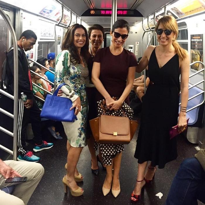 """21.set.2016 - Poliana Abritta (ruiva) e Renata Vasconcellos (de cabelo e óculos escuros) posam para foto antes de pegar o metrô em Nova York. As jornalistas da Globo foram a Nova York participar da cerimônia do prêmio Emmy International, nesta quarta-feira (21), representando respectivamente o """"Fantástico"""" e o """"Jornal Nacional"""" na festa, """"Abandonamos o trânsito! Bora de metrô!"""", digitou Poliana na legenda da foto no Instagram"""