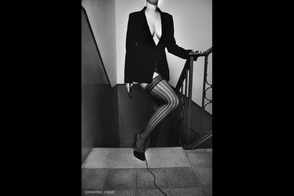 """24.out.2016 - Para Montse Capel, o preto e branco das fotos a teletransportam para """"um outro lugar"""". Ela se diz """"cômoda na hora de fazer as próprias fotos, sem depender de ninguém"""", nas imagens realizadas com a ajuda de um controle remoto"""
