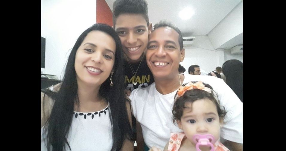 Gabriel enviou foto com seu pai Silvio, a irmã Laura e a mãe Liziane