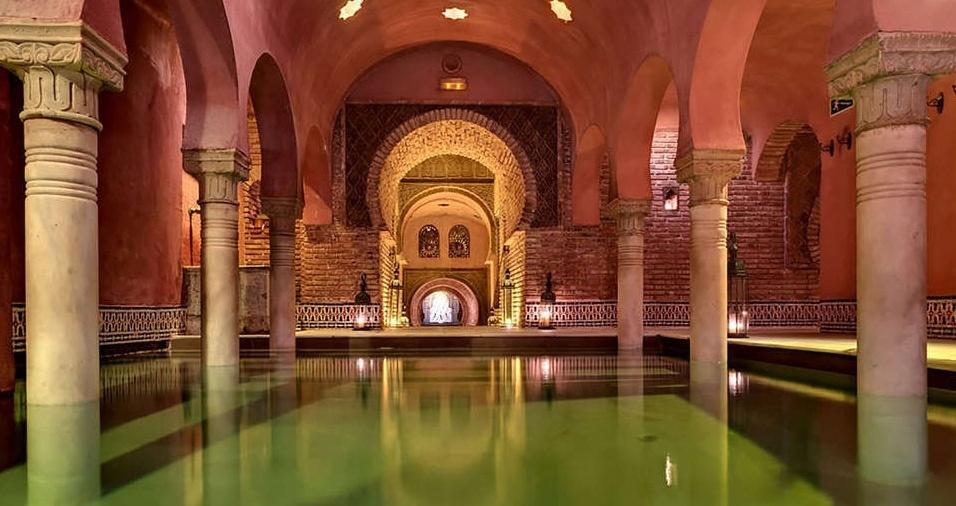 """31. Hammam Al Ándalus, ou """"banho árabe"""", é o mais famoso dos banhos árabes da cidade de Granada e um local ideal para relaxar depois de um dia inteiro de passeio. Com arquitetura característica, chá, incenso, música árabe, piscinas quentes e mornas, sauna e massagem com azeite, você fará uma viagem sensorial e inesquecível ao passado"""