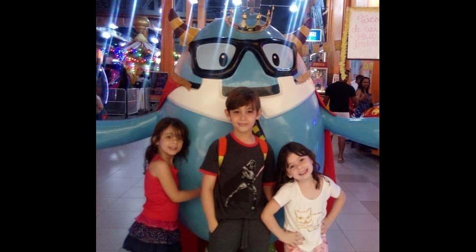 Juliana, de Jaboatão dos Guararapes (PE), mandou foto dos filhos Arthur, de dez anos, Ana Cecília, de cinco, e Emanuelli, também de cinco anos