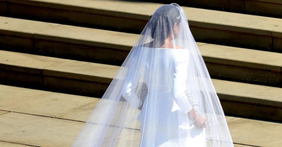 A noiva usou um vestido com cauda longa e véu
