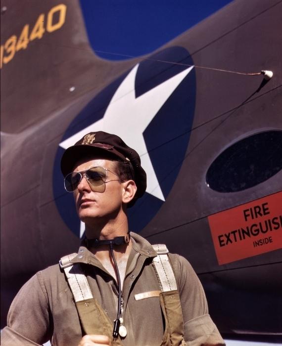 1°.out.2015 - Foto de outubro de 1942 mostra um piloto de testes ao lado de um jato na Califórnia (EUA)