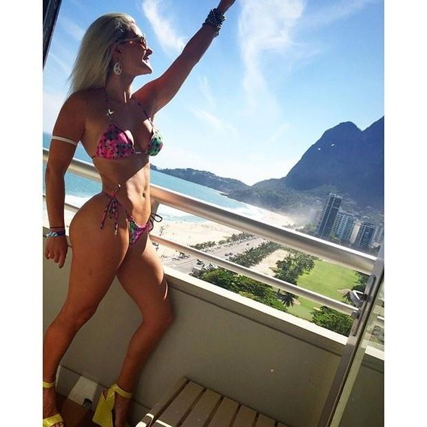 """31.out.2015 - Laura Keller exibiu sua ótima forma ao postar uma foto de biquíni no Instagram. """"Eita Rio de Janeiro que não cansa de ser lindo! #errejota #amo #verãochegou #royaltulip #FDSRIO #party #poolparty #vamosviver"""", escreveu a atriz na legenda da imagem"""