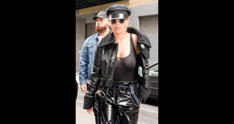 27.abr.2017 - A cantora Rita Ora, de 26 anos, foi flagrada com uma blusa transparente, que mostrava os seios, e os paparazzi não pouparam cliques da beldade em Nova York, nos Estados Unidos. Com um look todo preto, a bela chamou a atenção de todos que estavam na rua