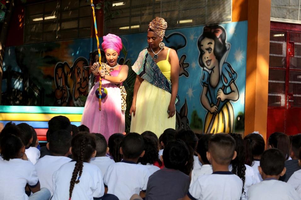O berimbau, instrumento típico africano, é usado pelas princesas para contar um pouco de sua história e mostrar que o Brasil herdou muito da cultura dos amigos africanos