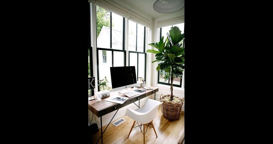 6. Piso de madeira pode ser utilizado para dar mais intimidade ao espaço. Plantas também são elementos importantes