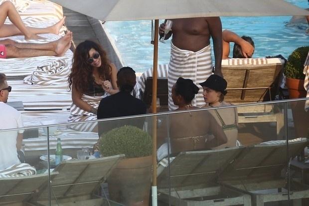 29.set.2015- Na imagem, Rihanna é fotografada enquanto curte um dia de sol em um hotel de luxo no Rio