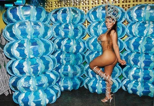 """26.jan.2016 - Em sua estreia no Carnaval, Suzy Cortez a Miss Bumbum 2015, promete """"causar"""" na folia paulistana desfilando até mesmo sem tapa-sexo, usando apenas brilhantes para """"cobrir o necessário"""""""