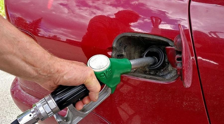 Abastecer o carro requer atenção para evitar fraudes - Reprodução/Wikipedia