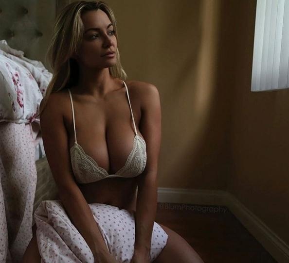 3.jan.2015 - A musa do Instagram Lindsay Pelas continua fazendo os marmanjos babarem ao postar imagens provocativas e sensuais em sua conta do Instagram. Na imagem, a bela aparece de lingerie para atiçar a imaginação dos seguidores
