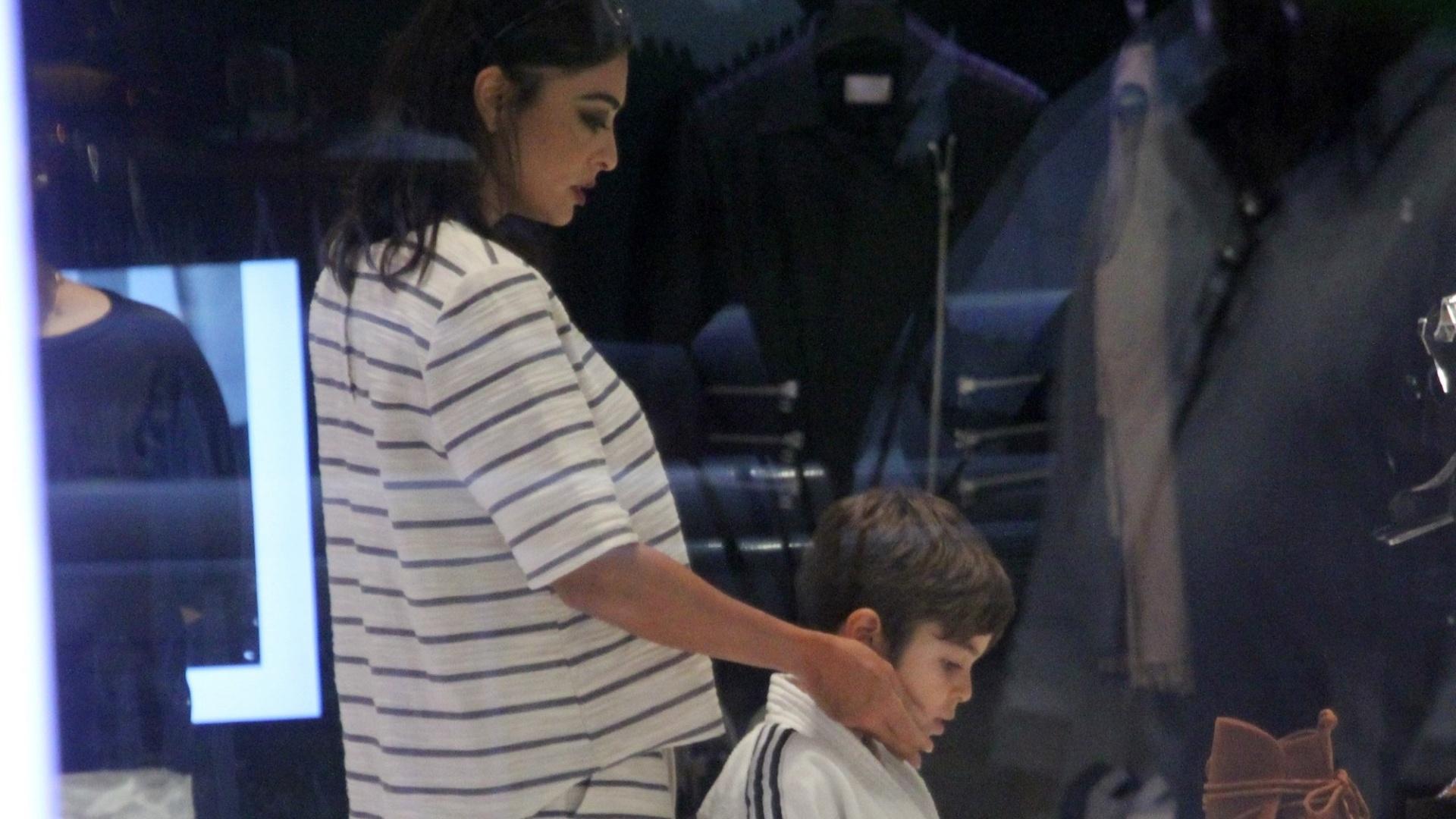 14.mar.2016 - Ao lado do filho Pedro, Juliana Paes faz compras em shopping center no Rio de Janeiro