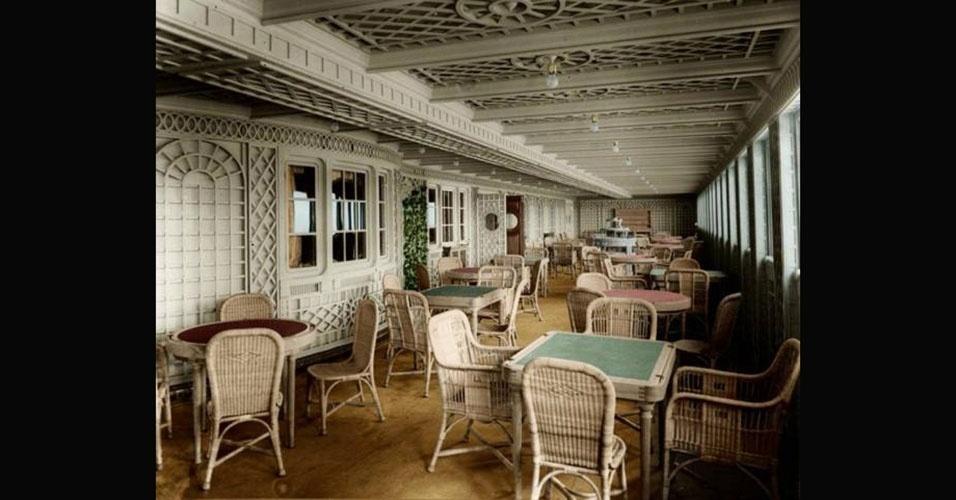 O Titanic comportava bistrôs e cafés no estilo parisiense para acomodar seus clientes mais abastados. No estoque do colosso marítimo, nada menos que 34 toneladas de carne, 35 mil ovos, 40 toneladas de batatas, 453 quilos de sachês de chá e 15 mil garrafas de cerveja recheavam as despensas. Das mais de 900 pessoas da tripulação, 500 eram garçons