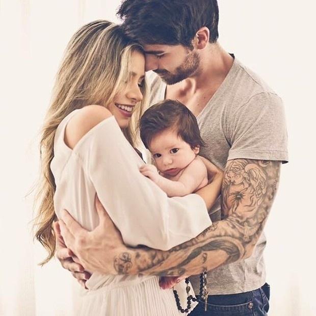 18.abr.2016 - Que fofura! Adriana Sant'Anna e Rodrigão mostram o rosto do filho Rodrigo pela 1ª vez em um ensaio especial com o filhote.