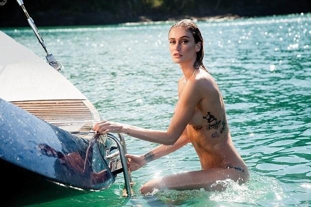 13.mai.2016 - Vivi Orth é a capa de maio da revista Playboy. A bela teve mais uma imagem do ensaio divulgada. Desta vez, a modelo aparece totalmente nua, em alto mar, ao subir em um barco