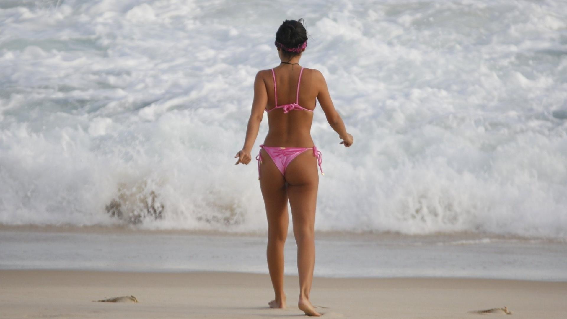 7.nov.2016 - A ex-BBB Munik Nunes encara o mar durante passeio pela praia da Barra da Tijuca, no Rio de Janeiro