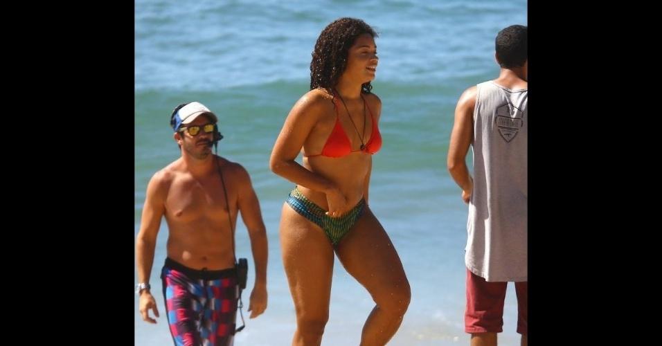 6.fev.2017 - A atriz Juliana Alves foi fotografada de biquíni na praia de Grumari, durante gravações da novela