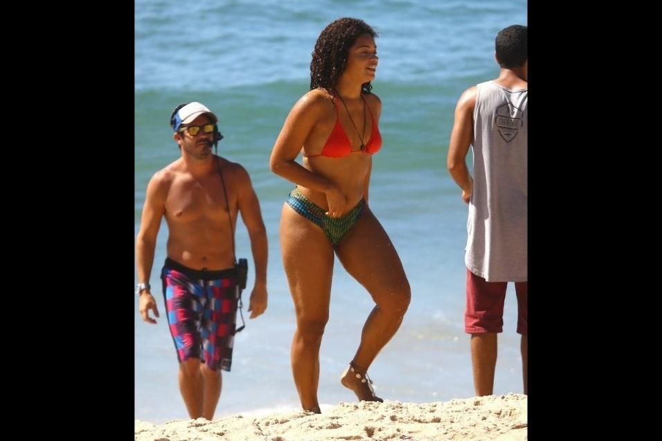 """6.fev.2017 - A atriz Juliana Alves foi fotografada de biquíni na praia de Grumari, durante gravações da novela """"Sol Nascente"""""""
