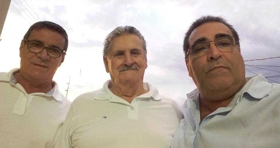 """""""Meu pai José Munhoz com meu irmão Carlos (direita) e eu, Roberto (esquerda)"""""""