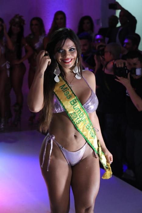 9.nov.2015 - Suzy Cortez posa com a faixa de campeã do Miss Bumbum 2015