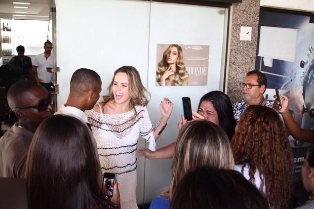 10.mar.2016 - Ana Paula sorri e tira fotos com os fãs em shopping na Barra da Tijuca, no Rio de Janeiro
