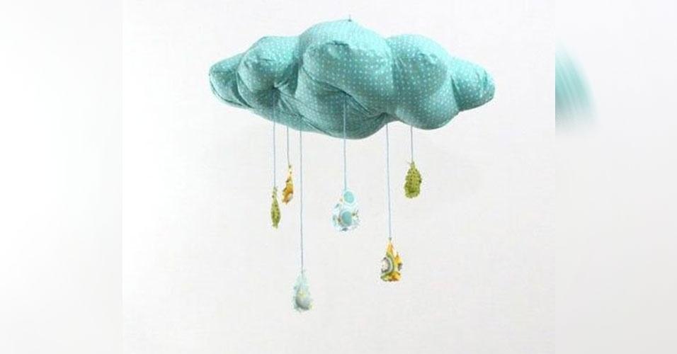 6. Móbile de núvem com gotas de chuva penduradas, feito em tecido