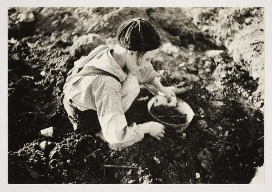 1940-1944 - Garoto procura por comida
