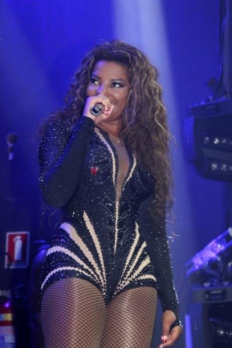 29.dez.2015 - Com look curtinho, Ludmilla canta em casa de shows do Rio de Janeiro