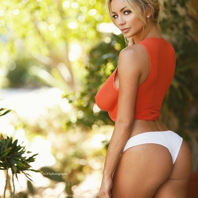 29.ago.2016 - Em outra imagem, Lindsey Pelas continuou mostrando o 'farol aceso' ao usar uma blusa laranja, com transparência, sem sutiã