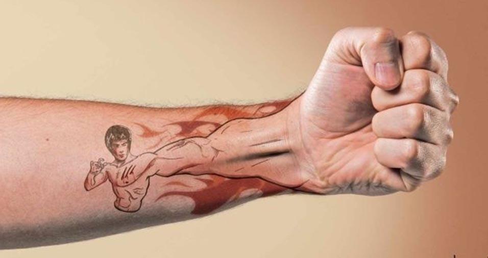 31.jan.2017 - Uma nova forma criativa de tatuagem cria uma ilusão de ótica com o desenho da tattoo à própria mão do tatuado. Ícones pop, super-heróis e até Jesus Cristo têm sido usados nesse tipo de tatuagem que tem um efeito 3D. O site Virgula reuniu alguns desses exemoplos de tattoo. Na imagem acima, o famoso tatuado é a lenda das artes marciais Bruce Lee