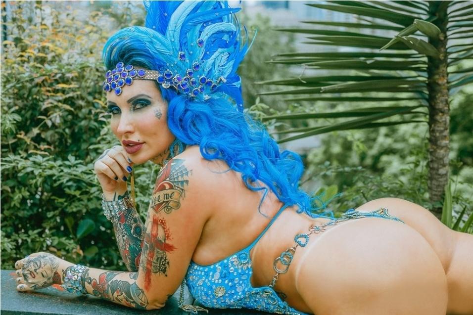 17.fev.2017 - Sabrina Boing Boing tingiu os cabelos de azul, uma das cores da Acadêmicos do Tatuapé