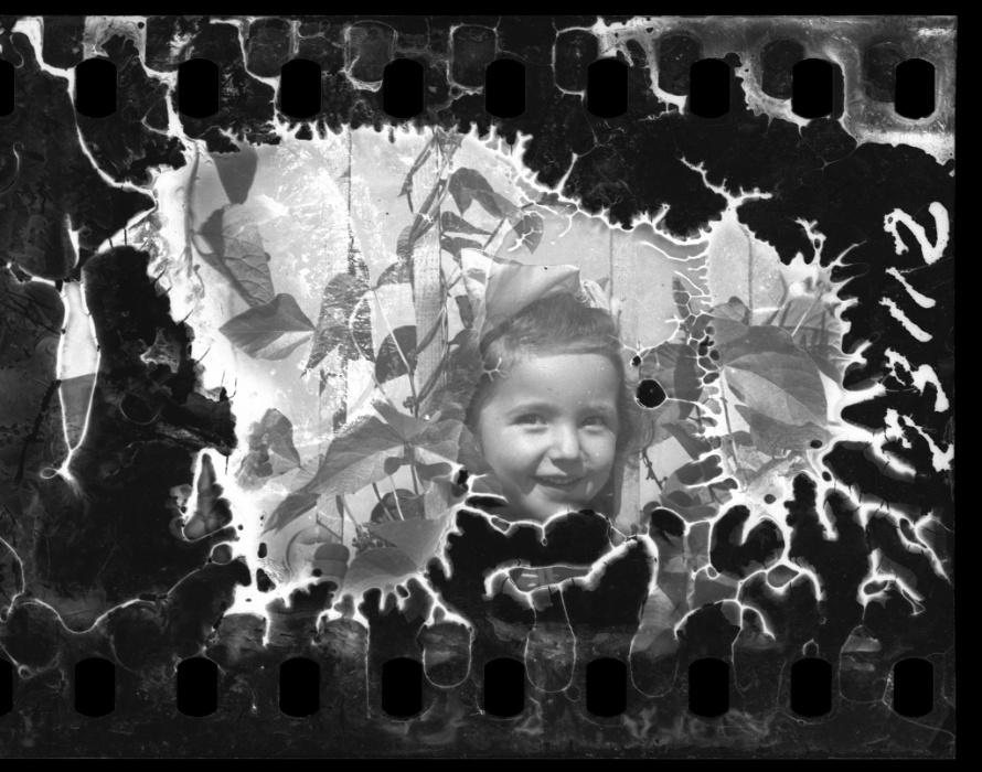 1940-1944 - Criança brinca em meio a buraco na parede