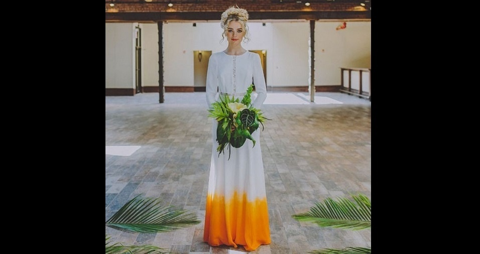 22. E lembra aquela moda do tie dye nos vestidos de noiva? Pois a cor laranja também parece combinar perfeitamente para a execução dessa técnica nos vestidos de cerimônia