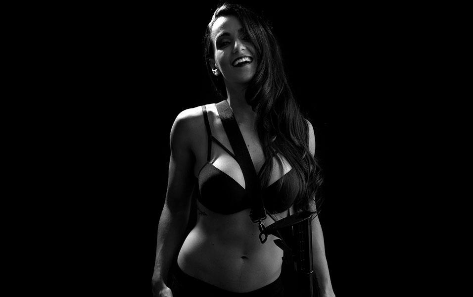 """12.mai.2016 - Em uma atmosfera bem """"dark"""", a modelo fitness Letícia Mazzonetto exibe seu shape em forma, que inclusive vem sendo """"entalhado"""" para um concurso internacional que acontece em agosto. """"Estou pegando pesado para chegar a 12% de gordura corporal"""""""