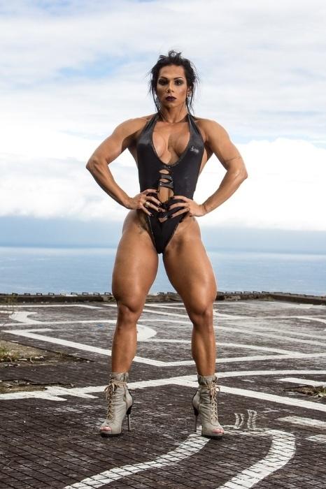 27.jul.2016 - Suelen Bissolati é modelo fitness e atleta fisiculturista. Por causa do seu corpo, super sarado, ela foi apelidade de Mulher Hulk. ?Um personagem bem fortão que apesar de toda essa 'capa' de grandão tem um bom coração. E sou exatamente assim! As pessoas me vêem como um 'ser de outro mundo'  porque não estão acostumadas a ver mulheres tão fortes. Existe um espanto, mas, quando me conhecem a fundo, as pessoas percebem que sou uma mulher forte sim, mas que, apesar do estereótipo de 'fortona', sou super feminina e vaidosa?, declarou a modelo durante ensaio