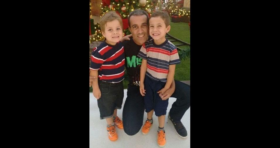 O papai Célio Roberto com seus filhos Raul e Renan, de Betim (MG)