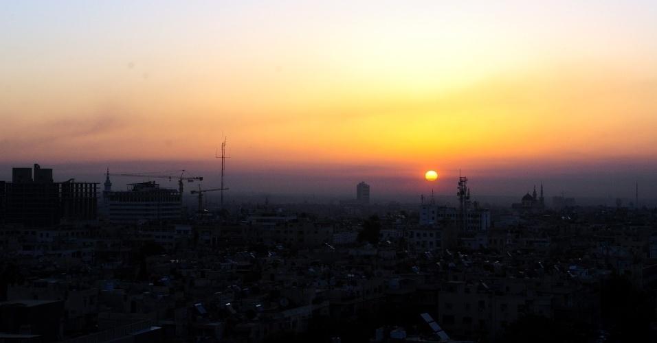 Amanhece em Damasco, capital da Síria, após ataque aéreo iniciado pelos EUA, Reino Unido e França na noite de sexta-feira (13)