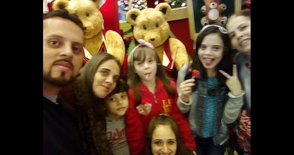 """João Oliveira com a esposa Keitty Priscila Leite, os filhos Pollyana, Pyettra, Palloma, João Lucas e a mãe Maria, em São Paulo: """"curtindo a tarde juntos em família."""""""