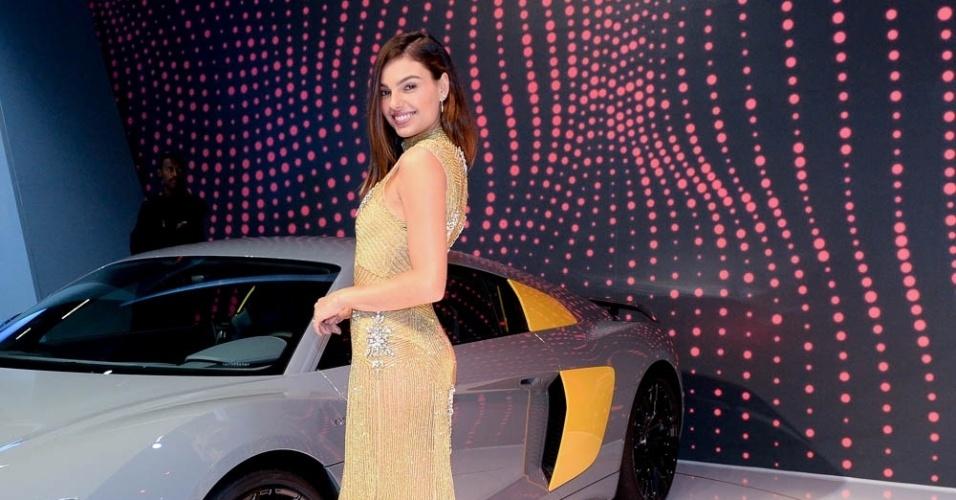 8.nov.2016 - Ísis Valverde foi uma das atrações do Salão do Automóvel 2016, em São Paulo. Ao lado de um superesportivo da Audi, a atriz posou para os fotógrafos usando um vestido longo transparente