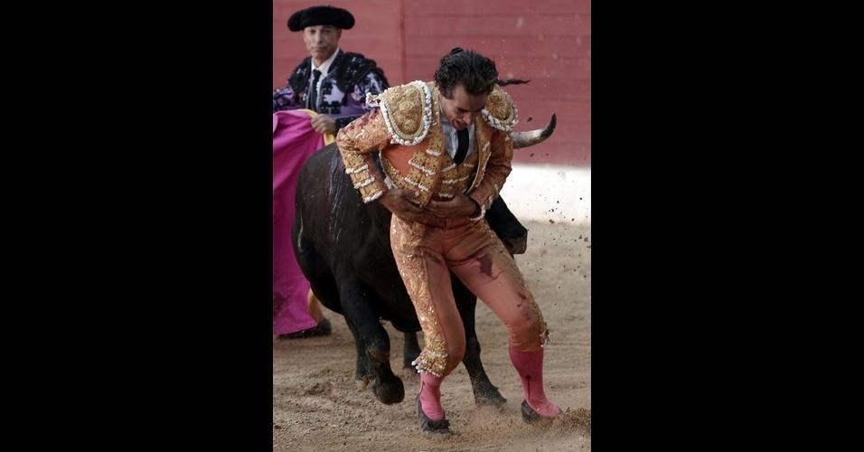 18.jun.2017 - O toureiro espanhol Ivan Fandiño aparece ferido depois de ter o pulmão atingido pelo chifre do touro durante torneio em Aire-sur-l'Adour, na França