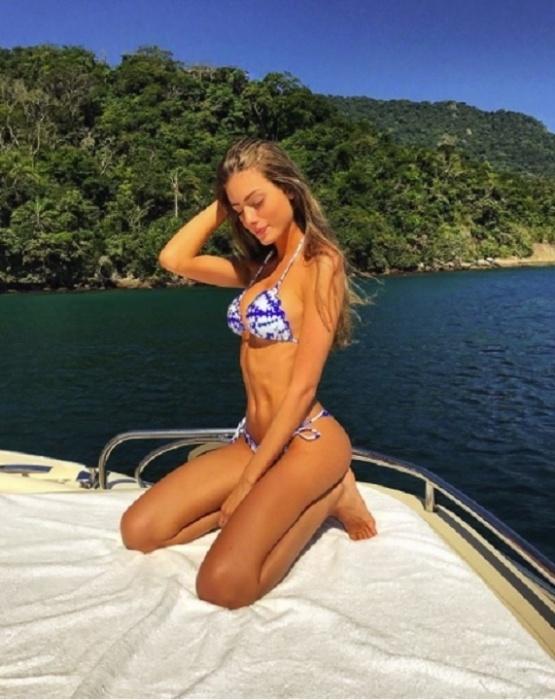 13.set.2017 - Victoria Grendene, namorada de Enzo Celulari, exibe suas curvas nas redes sociais