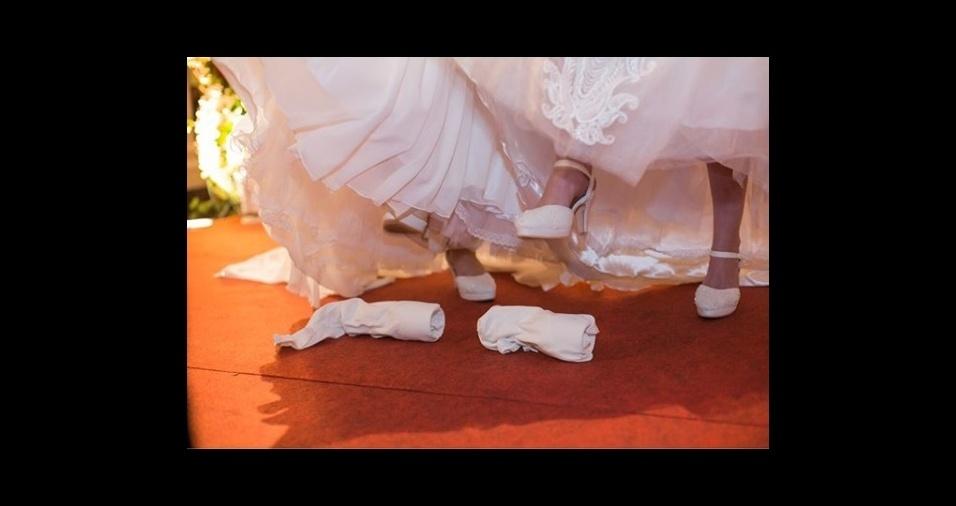 10.mar.2018 - As noivas seguiram a tradição judaica e deram as sete voltas em torno uma da outra, além de quebrarem a taça