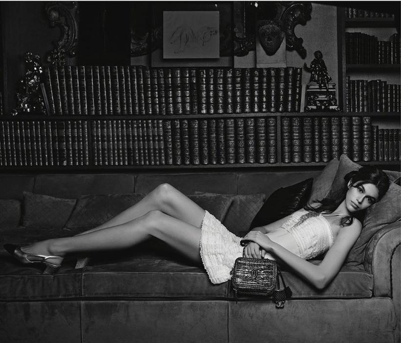 3.abr.2018 - Kaia Gerber, filha de Cindy Crawford, estrela campanha de bolsas da marca Chanel, aos 16 anos. Porém, a grife francesa virou alvo de críticas de seus seguidores e consumidores por envolver uma menor de idade.