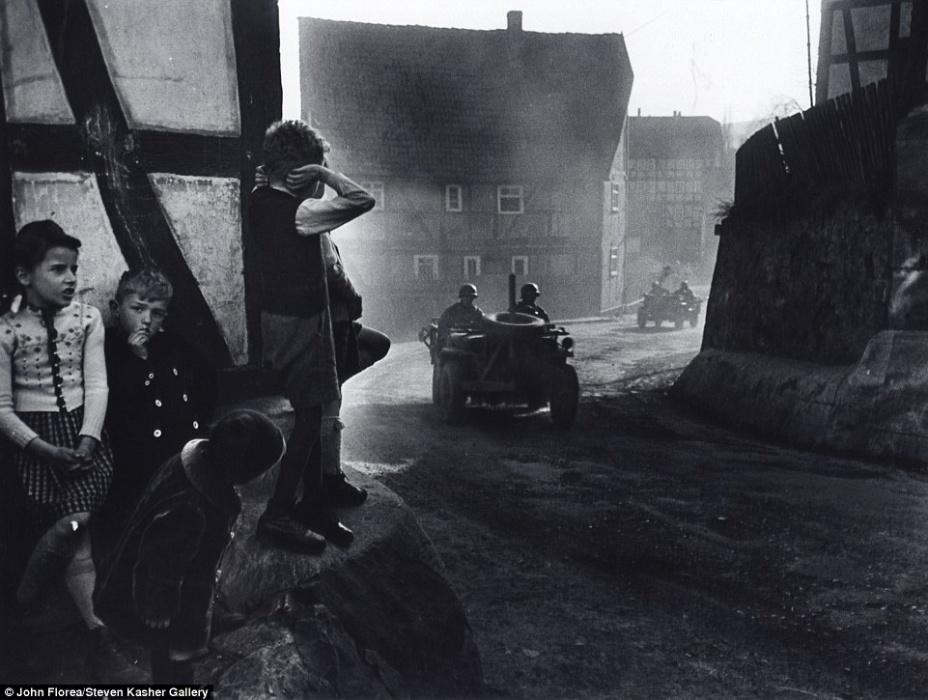 Crianças alemãs observam um veículo de guerra que segue em direção a Berlim. Imagem de 1945