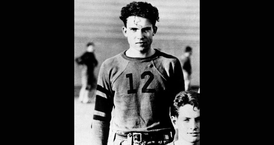 Richard Nixon jogando futebol americano em 1930