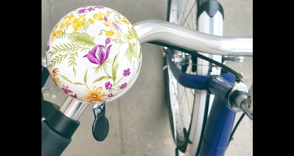 14. As campainhas decoradas com estampas florais são muito delicadas e graciosas e dão um charme a mais à magrela