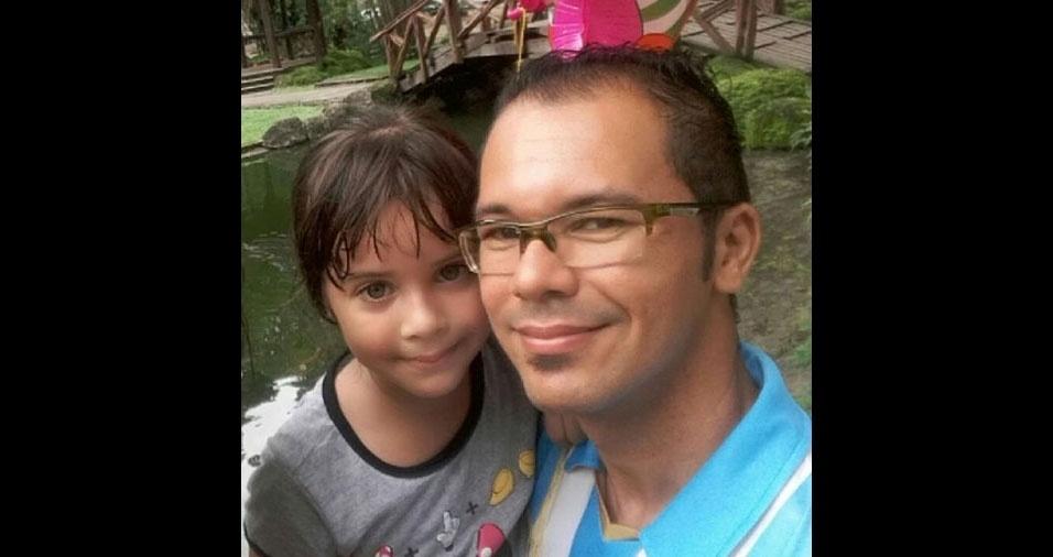 """""""Agnes Ohana é apaixonada pelo papai Osvaldo. Eles amam ir brincar na praça juntos"""". Eles moram em Belém (PA)"""