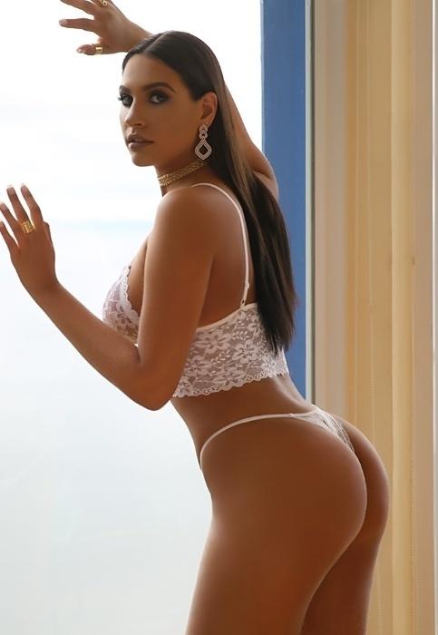 """9.abr.2018 - Astrid Alves balançou as estruturas do Diamond Brazil. Em um ensaio sensual para o site, a gata mostrou suas curvas de fio-dental. Durante as fotos, a gata revelou qual a parte do corpo que mais gosta. """"Acho minhas pernas bonitas"""", declarou"""
