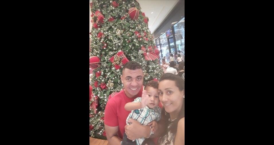Papai Lourival e mamãe Raquel curtem momento de fofura com o filho Nathan à frente da árvore de Natal, em São Paulo